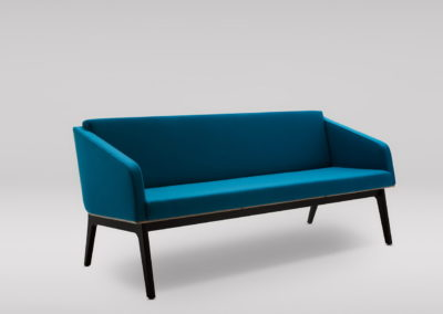 Sofa FIN 3 z podłokietnikami_podstawa drewniana_skos