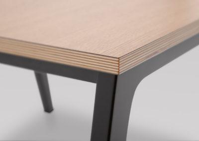 Stolik FIN M_podstawa drewniana_detal