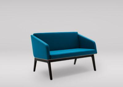 Sofa FIN 2 z podłokietnikami_podstawa drewniana_skos