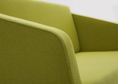 Sofa FIN 2 z podłokietnikami_podstawa metalowa_detal